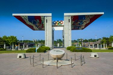 AS18MRU0090 Huge gate at the Olympic Park, Seoul, South Korea