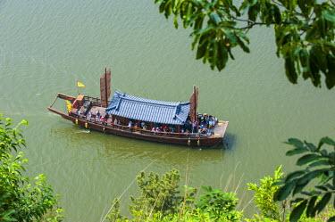 AS18MRU0413 Traditional dragon boat, Baengma river, Buso mountain fortress in the Busosan Park, Buyeu, South Korea