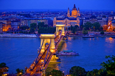 EU13BJY0002 Europe, Hungary, Budapest. Chain Bridge lit at night