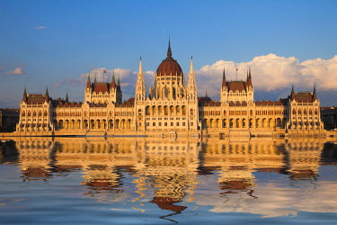 EU13BJY0010 Europe, Hungary, Budapest. Parliament Building on Danube River
