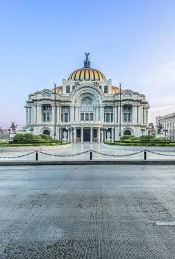 SA13RTI0408 Mexico, Mexico City, Palacio de Bella Artes (Palace of Fine Arts) at Dawn