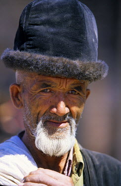 China, Xinjiang Province, Kashgar (Kashi), Old city bazaar, Ouigour population, Sunday market, portrait of an old man