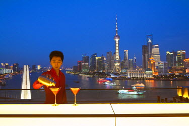 HMS0508316 China, Shanghai, Bund, Peninsula Hotel, Sir Elly's restaurant bar with view over Huangpu river and Pudong modern district
