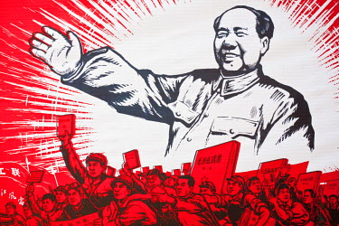 HMS0508372 China, Shanghai, rue Dongtai, flea market, propaganda Maoist objecs with Mao Zedong Little Red Book