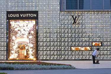 HMS0508415 China, Shanghai, Pudong, IFC Mall, Louis Vuitton store