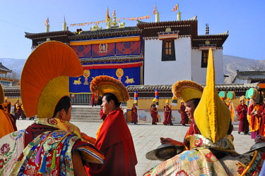 HMS0909515 China, Qinghai, Amdo, Tongren (Rebkong), Monastery of Gomar (Guomari Si), Losar (New Year festival), Opening ceremony, Monks procession