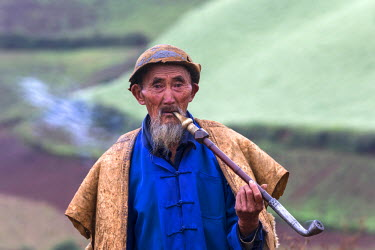 HMS1382174 China, Yunnan Province, Dongchuan District, Red lands, Guoditang, terrace cultivationman smoking, peasant shepherd
