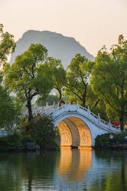HMS1713356 China, Guangxi province, Guilin, Double Bridge on Rong Lake