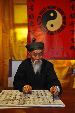 HMS1713681 China, Beijing, Dongcheng District, traditional Beijing Hutong, Taoist monk