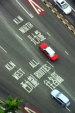 HMS1720414 China, Hong Kong, Kowloon, taxi with road sign