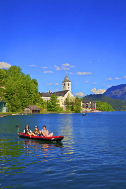AU04412 Canoe on Wolfgangsee Lake, St. Wolfgang, Austria, Europe,
