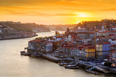 POR8853AW Portugal, Douro Litoral, Porto. Sunset over the UNESCO listed Ribeira district, viewed from Dom Luis I bridge