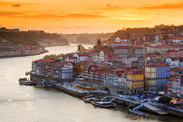 POR8856AW Portugal, Douro Litoral, Porto. Sunset over the UNESCO listed Ribeira district, viewed from Dom Luis I bridge