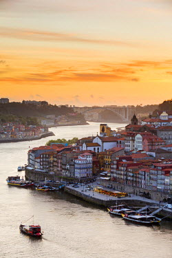 POR8857AW Portugal, Douro Litoral, Porto. Sunset over the UNESCO listed Ribeira district, viewed from Dom Luis I bridge