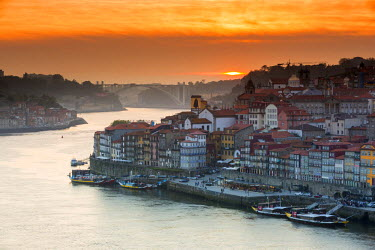 POR8927AW Portugal, Douro Litoral, Porto. Sunset over the UNESCO listed Ribeira district, viewed from Dom Luis I bridge