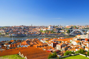 POR8960AWRF Portugal, Douro Litoral, Porto. The view towards the old town of Porto and the Ribeira district from Vila Nova De Gaia.