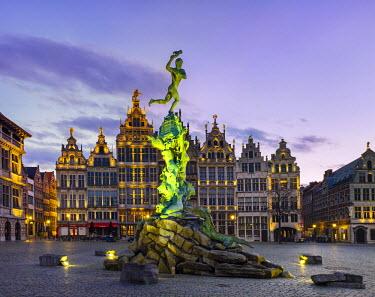 BEL1360AWRF Belgium, Flanders, Antwerp (Antwerpen). Medieval guild houses and statue of Silvius Brabo on Grote Markt square at dawn.