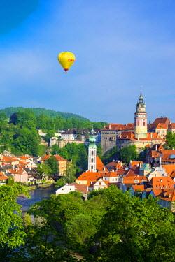 CZE1607AW Czech Republic, South Bohemian Region, Cesky Krumlov. Hot air balloon passing Cesky Krumlov Castle.
