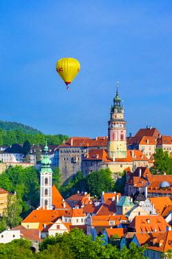 CZE1626AW Czech Republic, South Bohemian Region, Cesky Krumlov. Hot air balloon passing Cesky Krumlov Castle.