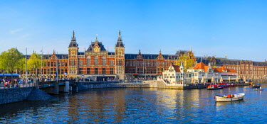 NLD0079AW Netherlands, North Holland, Amsterdam. Railway station, Amsterdam Centraal train station.