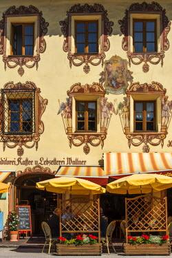 AUT0797AW Painted facade of a building in St. Wolfgang im Salzkammergut, Upper Austria, Austria