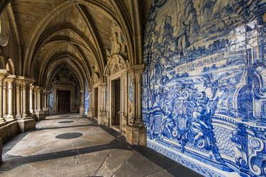 POR9002AW The 14th Gothic cloister with azulejos tilework, Porto Cathedral or Se do Porto, Porto, Portugal