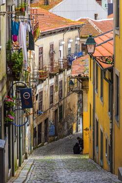 POR9005AW Scenic steep street in Ribeira district, Porto, Portugal
