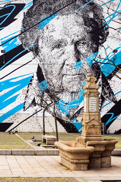 POR9006AW Mural painted on a building�s facade in the Ribeira district, Porto, Portugal