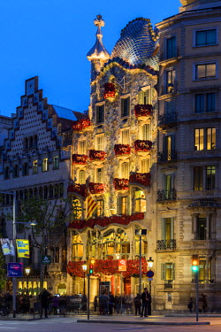 SPA7047AW Dusk view of Casa Batllo beautifully adorned with roses to support a local charity organization helping some 1,000 homeless in town, Barcelona, Catalonia, Spain