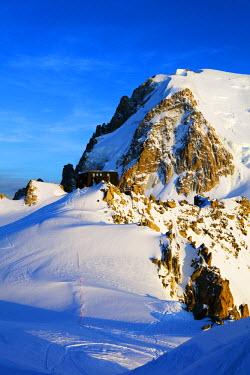 FRA9309 Europe, France, Haute Savoie, Rhone Alps, Chamonix, refuge de cosmique below Mont Blanc du Tacul (4248m)