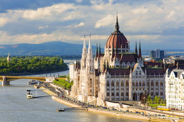 HUN1428AW Hungary, Central Hungary, Budapest. The Hungarian Parliament Building on the Danube River.