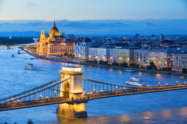 HUN1433AW Hungary, Central Hungary, Budapest. Chain Bridge and the Hungarian Parliament Building on the Danube River.