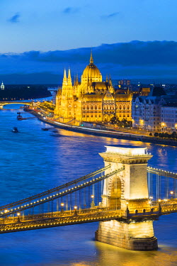 HUN1435AW Hungary, Central Hungary, Budapest. Chain Bridge and the Hungarian Parliament Building on the Danube River.