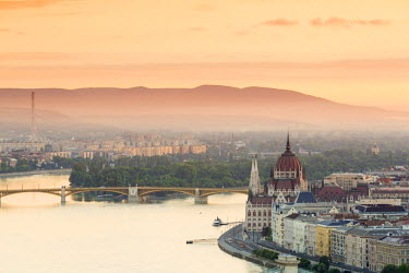 HUN1437AW Hungary, Central Hungary, Budapest. Sunrise over Budapest and the Danube from Gellert Hill.