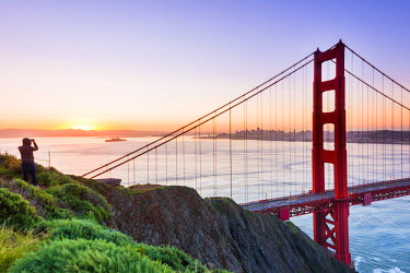 USA11227AW North America, USA, America, California, San Francisco,  man taking a picture at sunrise over the Golden Gate bridge
