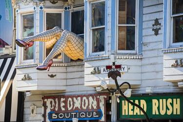 USA11239AW North America, USA, America, California, San Francisco, Haight & Ashbury. Legs in a shop window