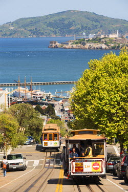 USA11242AW North America, USA, America, California, San Francisco, trams passing Lombard street towards pier 39