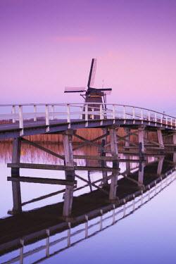 NL083RF Netherlands, Kinderdijk, Traditional Dutch windmills and bridge, dusk