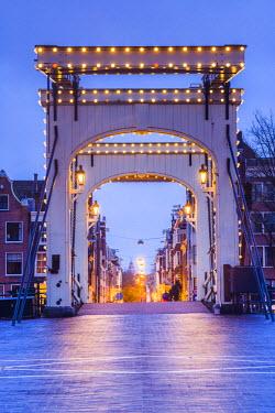 NL01274 Netherlands, Amsterdam, Magere Brug, the Skinny Bridge, dusk