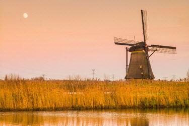 NL02275 Netherlands, Kinderdijk, Traditional Dutch windmills, dusk
