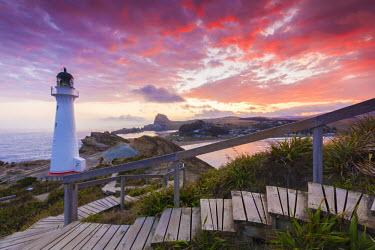 NZ01431 New Zealand, North Island, Castlepoint, Castlepoint Lighthouse, dusk