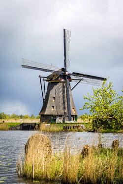 NLD0313AW Kinderdijk, windmills in Holland, world heritage site.
