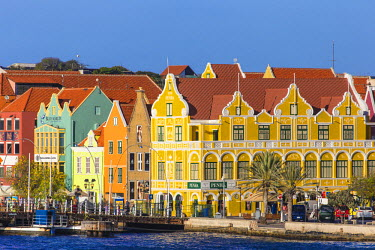 CC01130 Curacao, Willemstad, Queen Emma pontoon bridge and colonial merchant houses lining Handelskade along Punda's waterfront