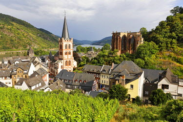 IBLCGH00129362 View from the Posten tower to the village with the evangelic church St.Peter and the gotic Werner chapel, Bacharach on the Rhine, Rheinland-Pfalz, Germany