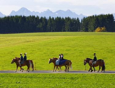 IBLMAN03762817 Leonhardiritt procession, Wildsteig, Pfaffenwinkel region, Upper Bavaria, Bavaria, Germany