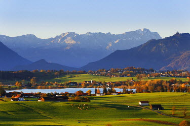 IBLMAN03764308 Autumn morning in the foothills of the Alps, view from Mt Aidlinger Hoehe across Riegsee Lake, Froschhausen, Murnau and the Wetterstein Range with Mt Zugspitze, Aidling, Riegsee, Pfaffenwinkel region,...