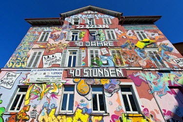 IBLOMK02376570 Facade of the LU 15 building, covered with colorful graffiti, commune, residential project, student hostel, Tuebingen, Baden-Wuerttemberg, Germany
