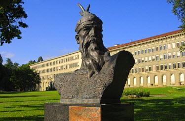IBLGVA01414154 Monument of the Albanian national hero Gjergj Kastrioti, known as Skanderbeg, by Odhise Paskali, William Rappard Park, Center William Rappard in the back, Geneva, Switzerland