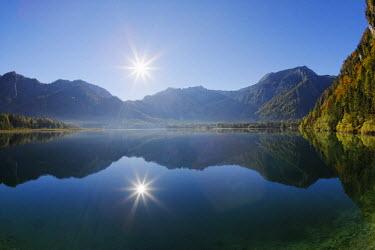 IBLMAN02410908 Early morning on lake Offensee, Ebensee, Salzkammergut region, Totes Gebirge mountains, Upper Austria, Austria