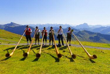IBLMAN03109420 Alphorn players, Diedamskopf, Schoppernau, Bregenzerwald, Bregenzer Wald, Vorarlberg, Austria